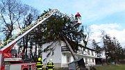 Ve středu se Olomouckým krajem znovu prohnal silný vítr. Zanechal po sobě popadané stromy i poškozené střechy. Oproti předpovědi i víkendové vichřici ale byla situace o poznání klidnější