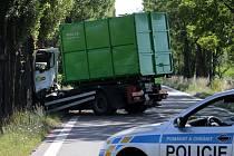 Nehoda náklaďáku a osobního auta na silnici mezi Novými Sady a Holicí