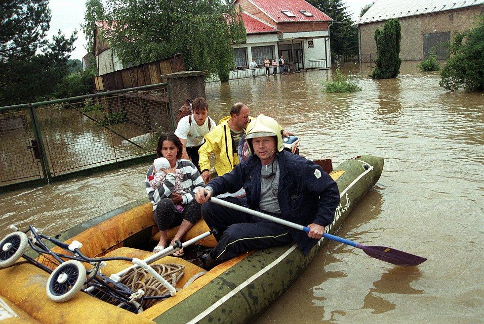 Rudolf Hauser zasahuje při povodních v roce 1997 (hasič na člunu).