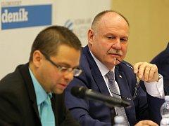 Hejtman Ladislav Oklešťek (vpravo) na debatě s podnikateli a zástupci veřejnosti pořádané Deníkem