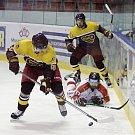 Olomoučtí hokejisté (v bílém) v prvním zápase přípravy porazili Jihlavu