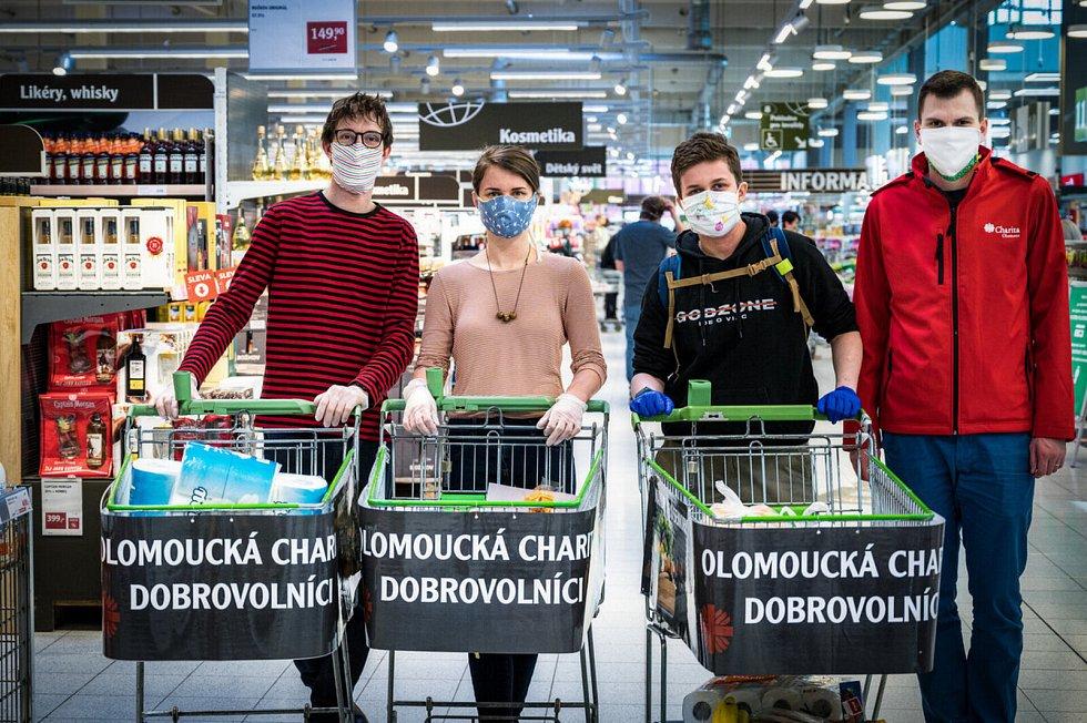 Dobrovolníci, kteří se zapojili do společného projektu Charity Olomouc a města.