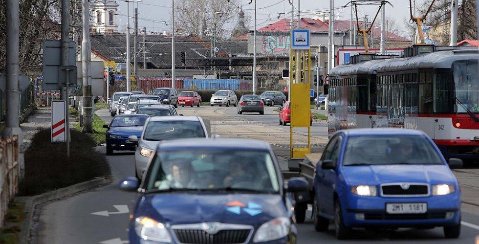 Divišovou ulicí ve směru od Pavloviček do Hodolan vede objížďka zavřeného podjezdu. 1. dubna 2015
