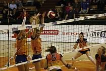 Volejbalistky Olomouce (v oranžovém) porazily v extralize Ostravu 3:0.
