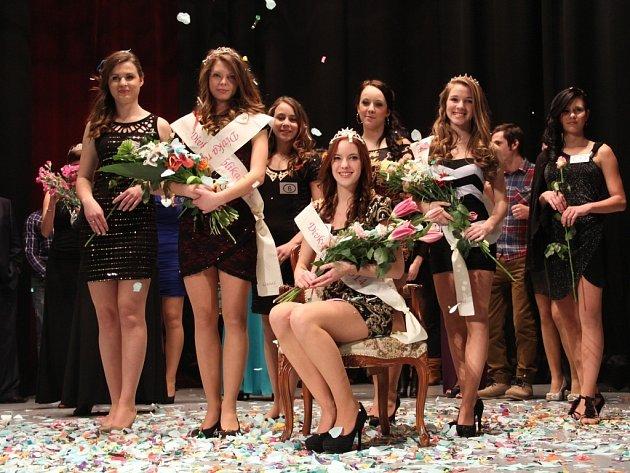 Dívkou roku 2014 se v Litovli stala Aneta Koupová (sedící)