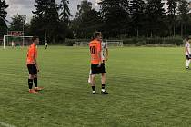 Fotbalisté Mohelnice (v bílém) padli ve Šternberku 0:2.