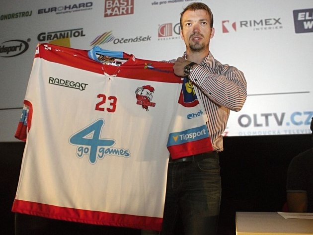 Manažer marketingu Mario Cartelli ukazuje dres HC Olomouc pro extraligovou sezony 2015/16