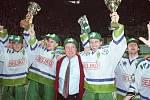 Mistři! Vítěz české extraligy HC Olomouc s trenérem Josefem Augustou. Oslavy extraligového titulu v olomoucké plecharéně 11. dubna 1994