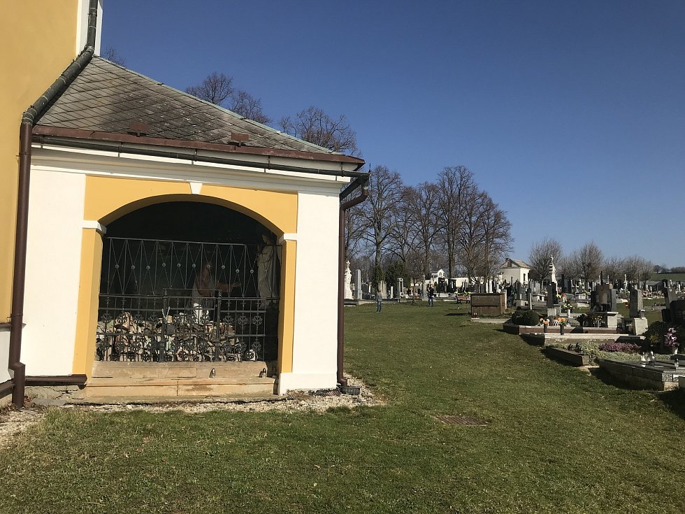 Obec Nová Hradečná přispívá na kostel sv. Vavřince. Vloni pomohla opravit dveře, letos zvon.