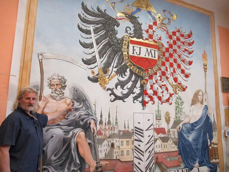 Akademický malíř a restaurátor Radomír Surma ve svém ateliéru u návrhu nárožních slunečních hodin.
