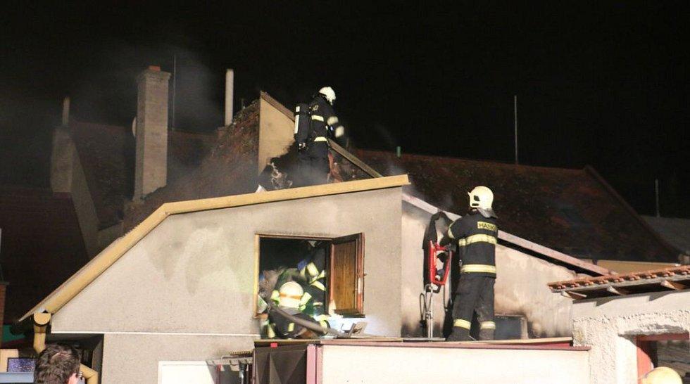Hasiči zasahují u požáru přístavku rodinného domu v Horce nad Moravou