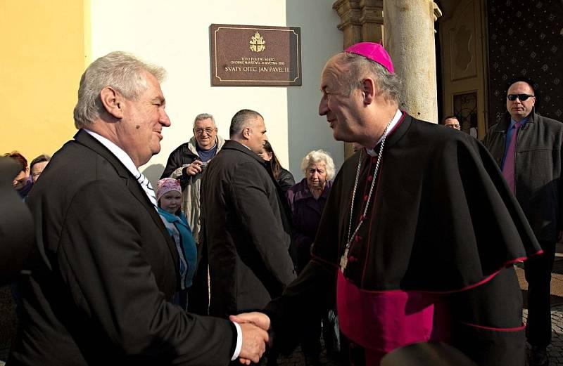 Olomoucký arcibiskup Jan Graubner vítá Miloše Zemana před bazilikou na Svatém Kopečku v roce 2014