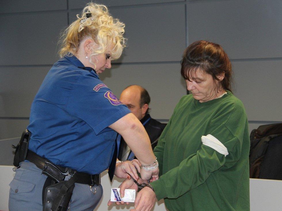 Obžalovaná Eva Slováková, kterou do soudní síně eskortovala z vazební věznice vězeňská služba.