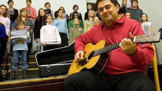 Nácvik na zpívání koled na Horním náměstí v Olomouci - dětský sbor Music BoDo