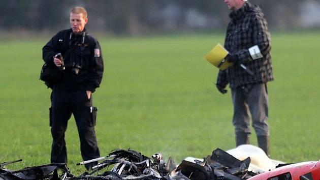 Trosky vrtulníku, který se zřítil ve Štěpánově. Pilot zahynul