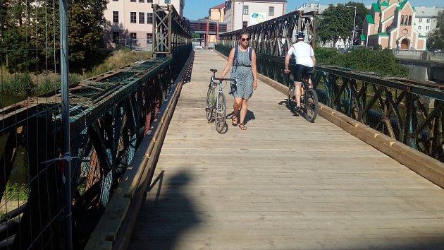 Lávka přes Moravu u Bristolu už slouží chodcům. Cyklisté musejí sesednout z kola