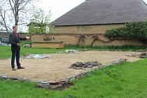 Vedoucí skanzenu v Příkazích ukazuje připravenou parcelu pro přesun unikátní dřevěné stodoly.
