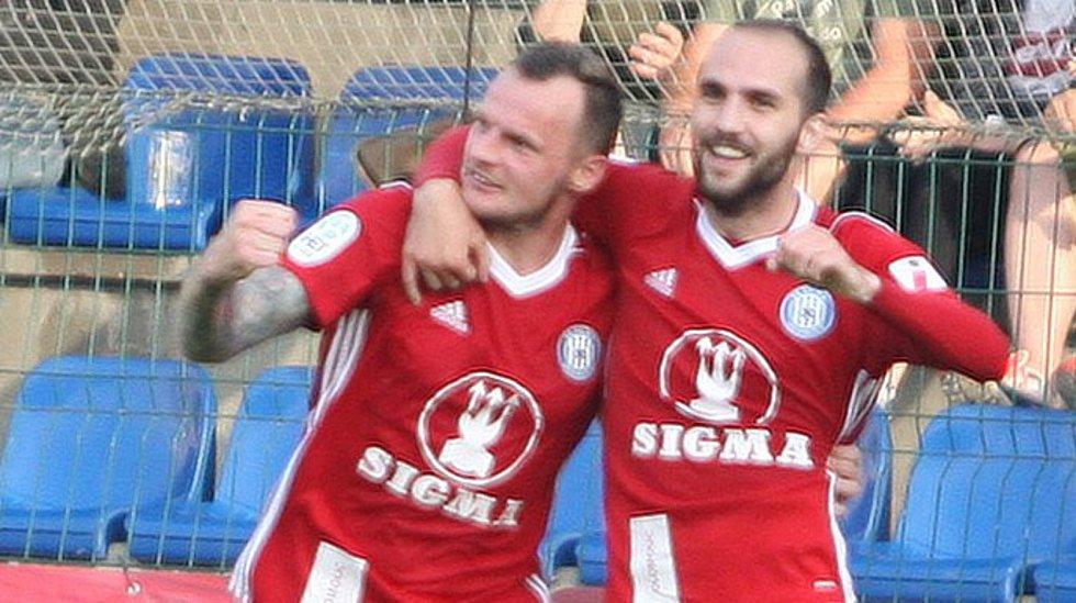 Olomoucký útočník Jakub Řezníček (vlevo) slaví gól do zlínské sítě