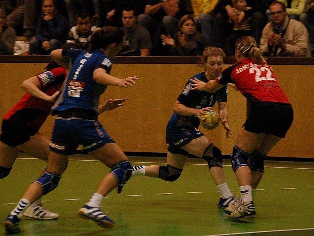 Hejtmánková se snaží prostrčit míč spoluhráčce.