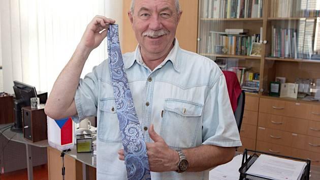 Ředitel Moravského divadla do Kabelkového veletrhu věnoval ještě nerozbalenou vázanku, kterou dostal od své dcery