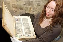 Historička umění Jana Hrbáčová představuje středověkou knihu modliteb.