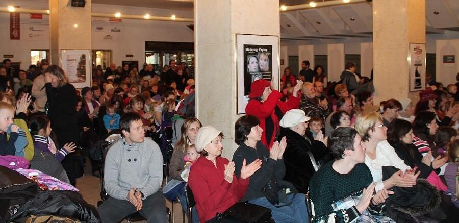 Foyer Moravského divadla Olomouc zaplnili v neděli dopoledne rodiče s dětmi, aby si poslechli a zazpívali nejznámější koledy