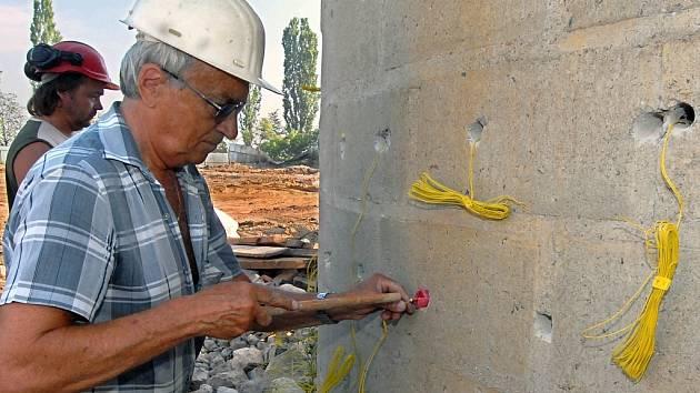 Střelmistr Dušan Nekarda ráno naládoval do vyvrtaných otvorů šest kilo trhaviny.