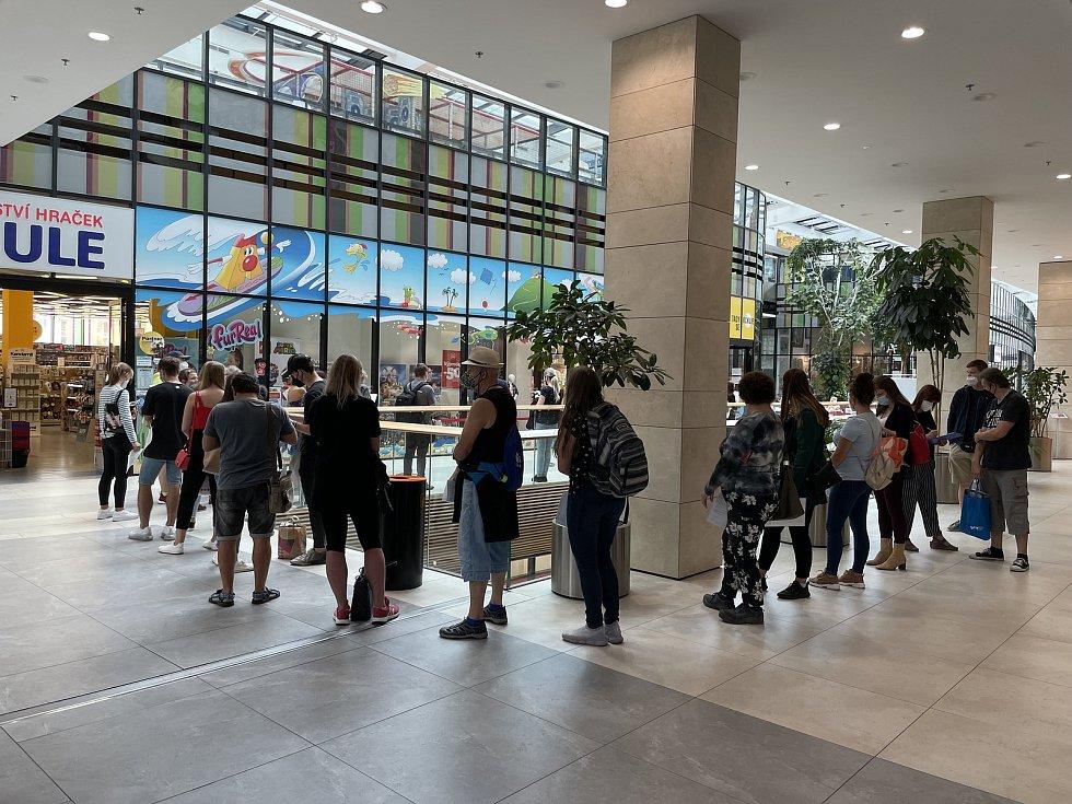 Fronta zájemců o očkování proti Covidu-19 krátce před otevřením očkovacího místa bez registrace v Galerii Šantovka, pondělí 23. srpna 2021