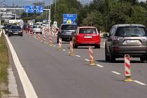 Na výpadovce z Olomouce na Lipník opravují vozovku, provoz je tam zúžený jen na část silnice