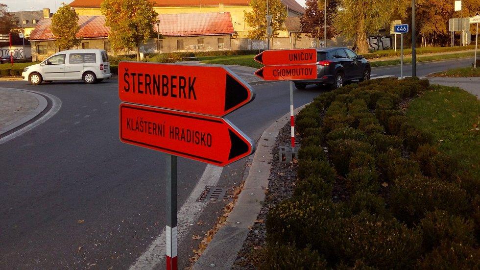 Značení na rondelu v Dobrovského ulici posílá řidiče mířící do Chomoutova na Litovel  a cestující na Šternberk přes Černovír a Hradisko
