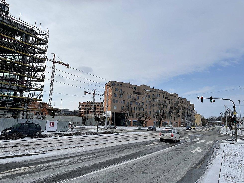 Třída Kosmonautů v Olomouci. Na snímku vlevo Envelopa Office Center, za křižovatkou bytový komplex Šantova, únor 2021