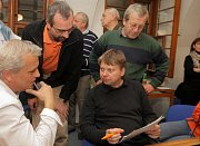 Miroslav Petřík (sedící vpravo) ve volebním štábu ČSSD v Olomouci v roce 2010