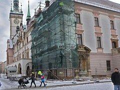 Krytina i krovy střechy olomoucké radnice prochází náročnou a nákladnou rekonstrukcí