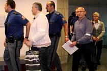Radek Březina (bílý svetr), Radek Menšík (v brýlích) a Ivan Kovářík (vpravo). Soud s tzv. lihovou mafií v Olomouci