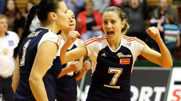 Veronika Mátlová a Veronika Tinklová. Olomoucké volejbalistky vybojovaly s Brnem extraligový bronz