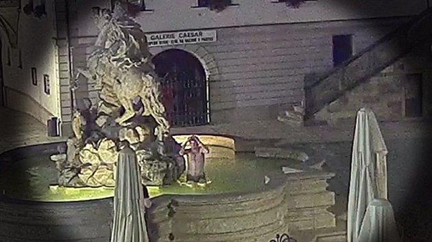 Mladík se koupal v Caesarově kašně