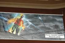 Plakáty s hořícím mužem či dětmi v podobě andělíčků visí i ve vestibulu olomouckého hlavního nádraží.