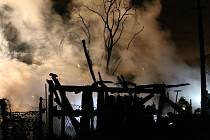 Hasiči zasahují u požáru dřevníků v Charvátech