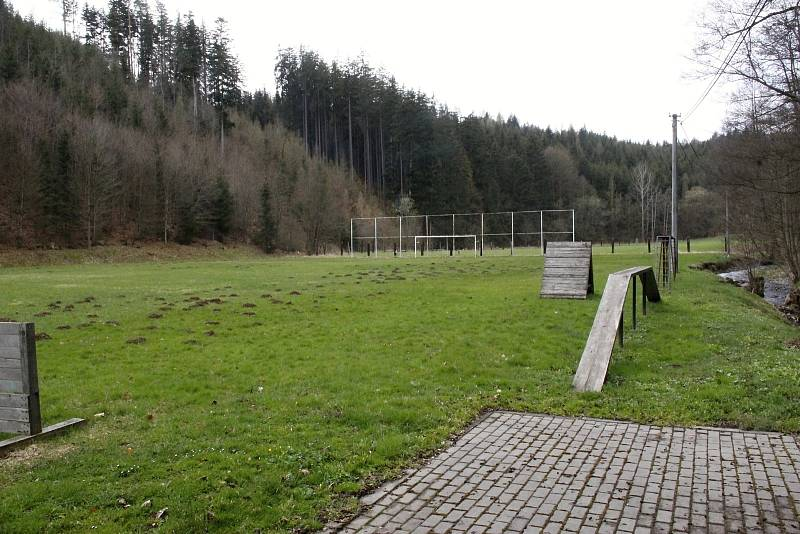 Mírovský klub už v soutěžích nefiguruje pět let. Hřiště částečně využívá vězeňská stráž z nedalekého hradu ke cvičením.