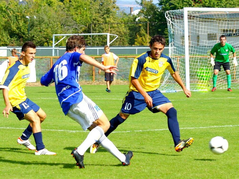 Fotbalisté Uničova (v modrobílém) proti Břeclavi