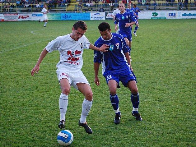 Útočník David Korčián s míčem.