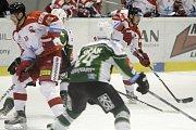 Olomoučtí hokejisté (v bílém) porazili Karlovy Vary 3:2 v prodloužení. František Skladaný (u puku).