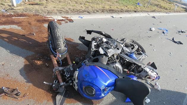 U Šternberka se srazilo auto s motorkářem