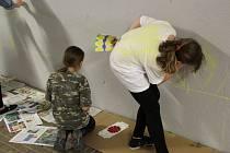 Žáci olomouckých škol malují podchod pod tramvajovou zastávkou Pionýrská folklorními motivy