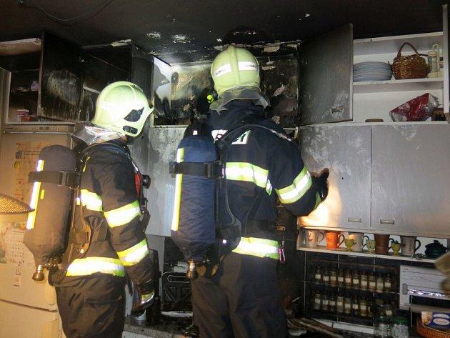 Hasiči zasahují u požáru kuchyně v Radově ulici v Olomouci
