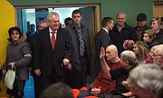 Prezident Zeman přichází na besedu v prostějovském kulturním domě Duha