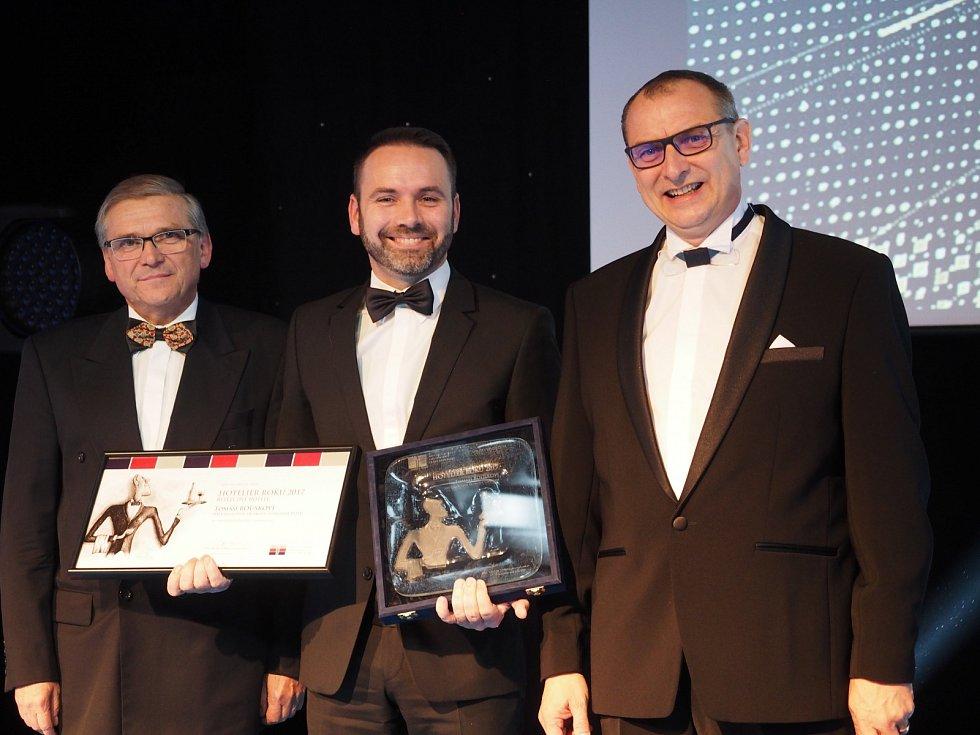 HOTELIÉR ROKU.Ředitel olomouckého hotelu Tomáš Rousek (uprostřed) převzal na začátku prosince významné osobní ohodnocení Asociace hotelů a restaurací České republiky.