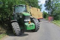 Na cestě z Libiny na Novou Hradečnou na Olomoucku ve středu dopoledne srazil traktor muže, který vedl kolo. Foto: