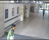 Tento muž zřejmě kopem rozbil skleněný obklad v Šantovce