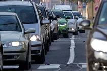 Pondělí ráno. Uzavírka Velkomoravské ulice na průtahu Olomoucí ucpala i příjezd do centra přes Wolkerovu ulici